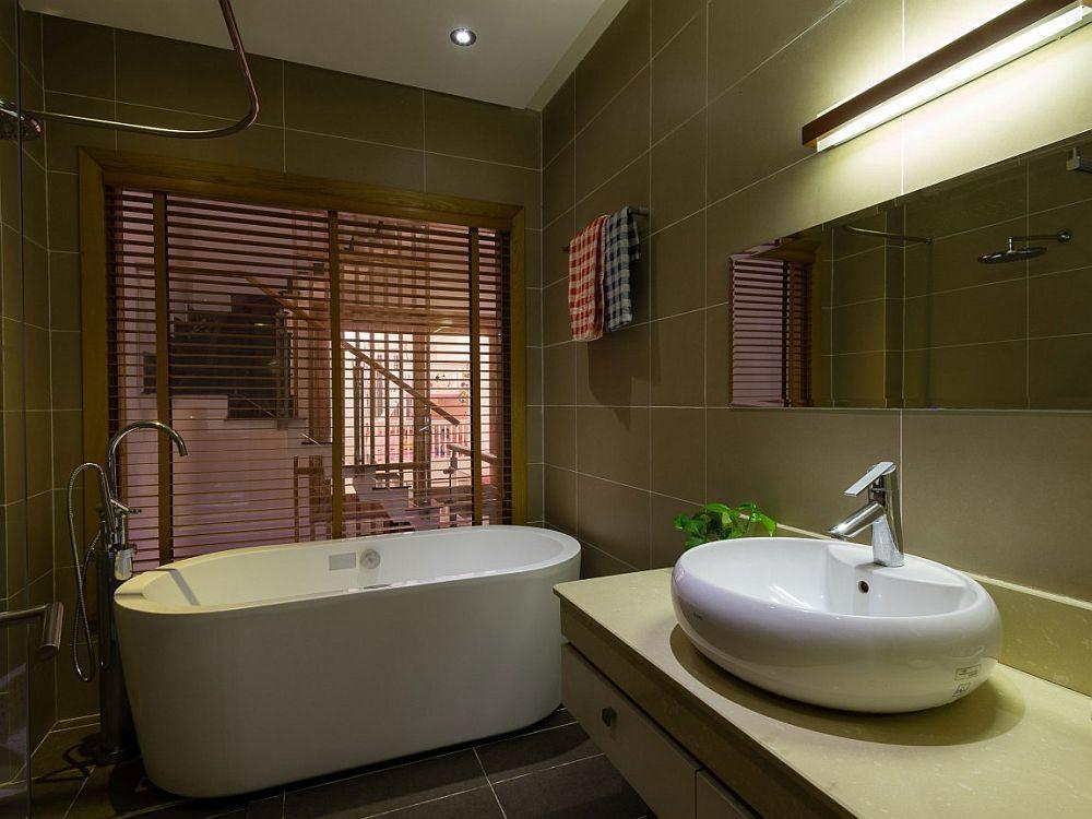 Description: Small modern bathroom with a gorgeous freestanding bathtub Nhà phố Sài Gòn với thiết kế giải quyết vấn đề về diện tích qpdesign