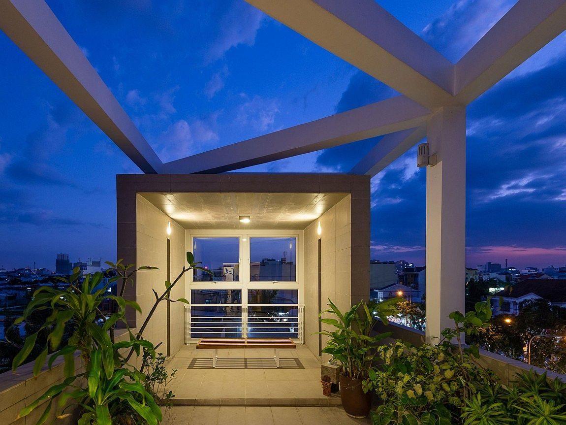 Description: Sky garden on the fourth level of Ho Chi Minh City Residence with lovely views Nhà phố Sài Gòn với thiết kế giải quyết vấn đề về diện tích qpdesign