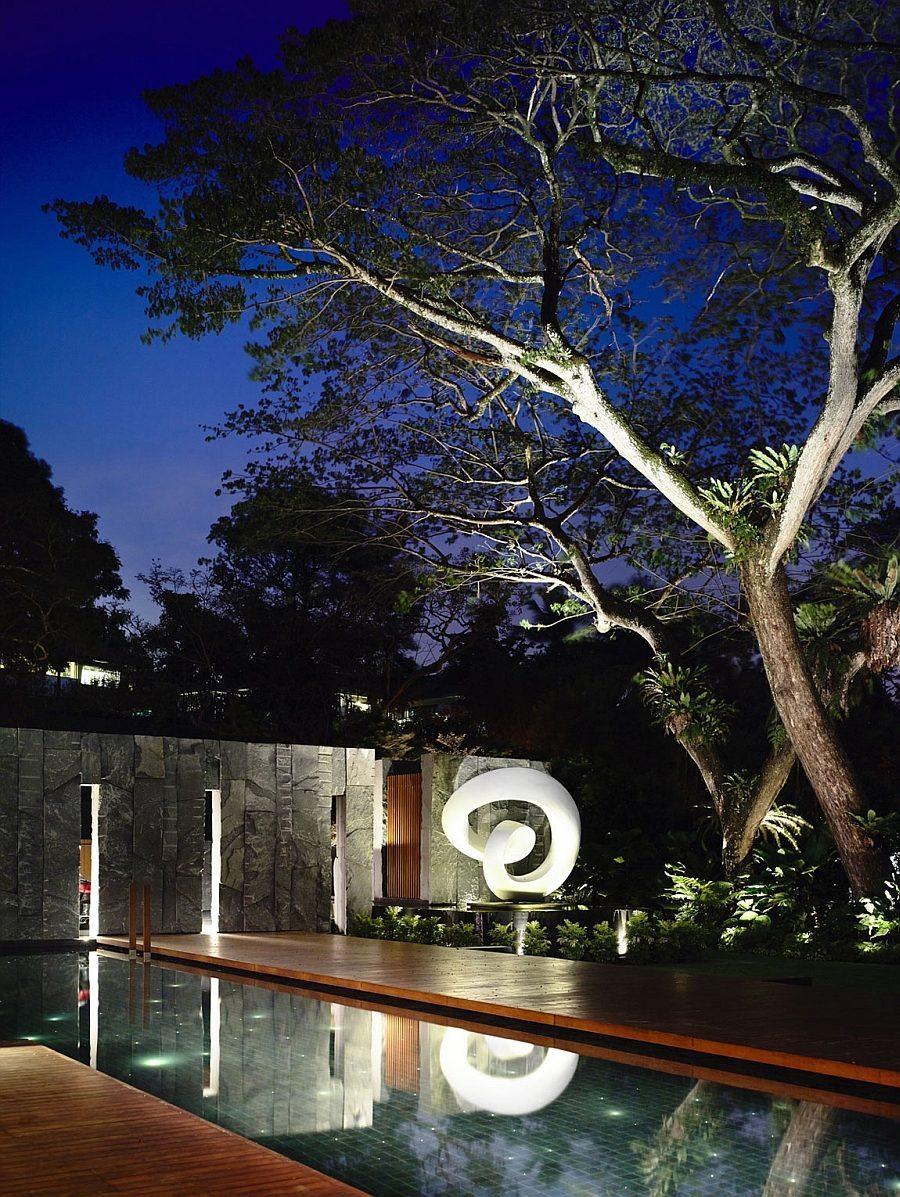Description: Beautiful lighting and sculptural additions bring the backyard alive after sunset Biệt thự tại Singapore với thiết kế không gian mở gần gũi với thiên nhiên qpdesign