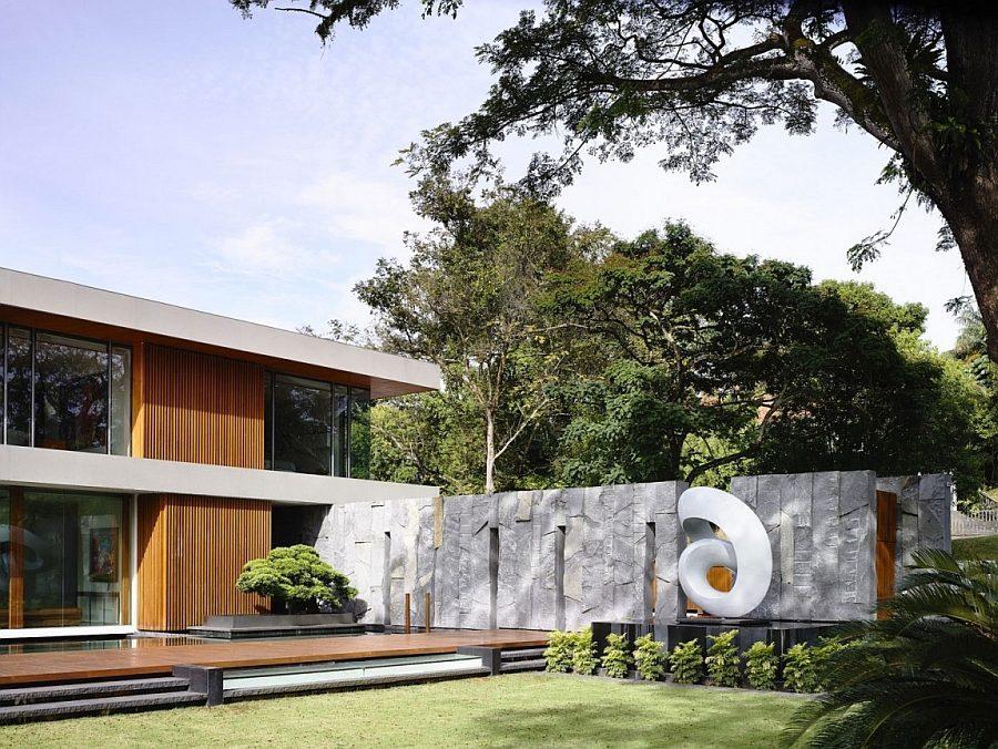 Description: Sculptural art installations enliven the garden Biệt thự tại Singapore với thiết kế không gian mở gần gũi với thiên nhiên qpdesign