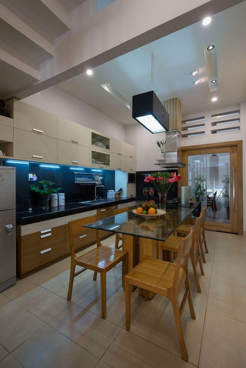 Description: Simple L shape kitchen and dining space design Nhà phố Sài Gòn với thiết kế giải quyết vấn đề về diện tích qpdesign